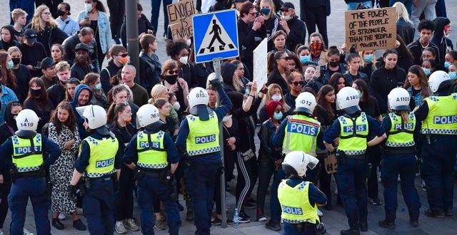 Kravallutrustad polis fick gripa in. Jonas Ekströmer/TT / TT NYHETSBYRÅN