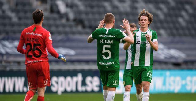 Hammarbys målvakt Davor Blazevic, David Fällman och Kalle Björklund jublar efter fotbollsmatchen. SIMON HASTEGÅRD / BILDBYRÅN