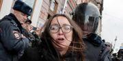 En polisman griper Yelena Grigoryeva under en demonstration hösten 2018. Dmitri Lovetsky / TT NYHETSBYRÅN/ NTB Scanpix