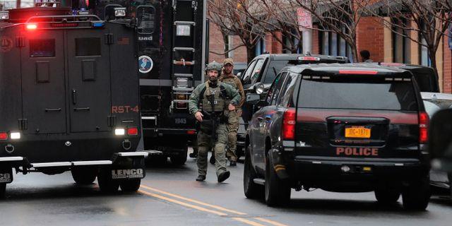 Poliser arbetar på platsen. Seth Wenig / TT NYHETSBYRÅN