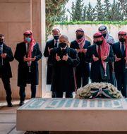 Jordaniens kung Abdulla II i mitten. Prins Hamza, andra till vänster i blått munskydd.  TT NYHETSBYRÅN