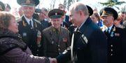 Vladimir Putin hälsar på en kvinna vid sitt besök på Krimhalvön idag. Mikhail Klimentyev / TT NYHETSBYRÅN