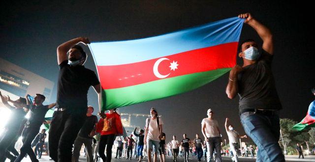 Baku-bor med Azerbajdzjans flagga i en manifestation til lstöd för landets armé med anledning av gränsstriderna Aziz Karimov / TT NYHETSBYRÅN