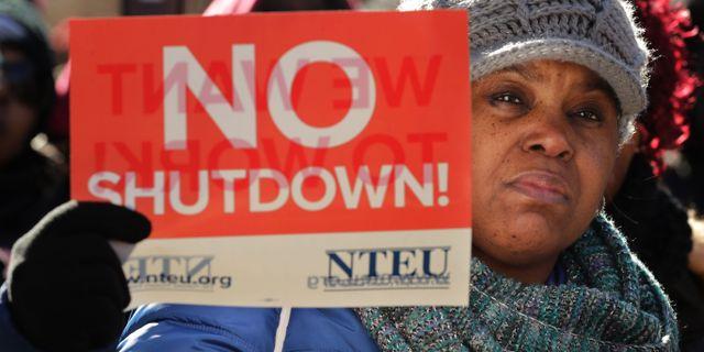Hundratals statsanställda protesterar utanför Vita huset. CHIP SOMODEVILLA / GETTY IMAGES NORTH AMERICA