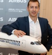 Airbus vd Guillaume Faury med en modell av bolagets A220-plan. Fred Scheiber / TT NYHETSBYRÅN