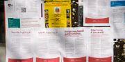 Information om coronaviruset och covid-19 på flera språk som har satts upp av stadsdelsnämnden i Husby. Henrik Montgomery/TT / TT NYHETSBYRÅN