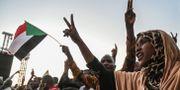 Sudanesiska demonstranter utanför arméns huvudkvarter. OZAN KOSE / AFP