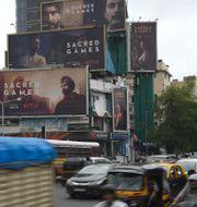 Sacred Games-posters i Mumbai.  INDRANIL MUKHERJEE / AFP