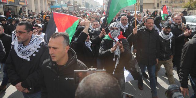 Palestinier demonstrerar mot fredsplanen. Mahmoud Illean / TT NYHETSBYRÅN