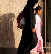Mor och dotter på en gata i Saudiarabien.  Amr Nabil / TT NYHETSBYRÅN