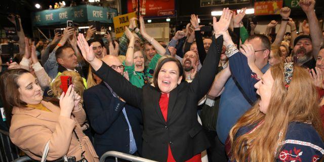 Sinn Féins partiledare Mary Lou McDonald firar med supportrar. Peter Morrison / TT NYHETSBYRÅN