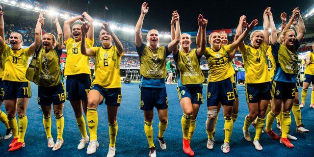 Svenska laget tackar supportrarna. SIMON HASTEGÅRD / BILDBYRÅN