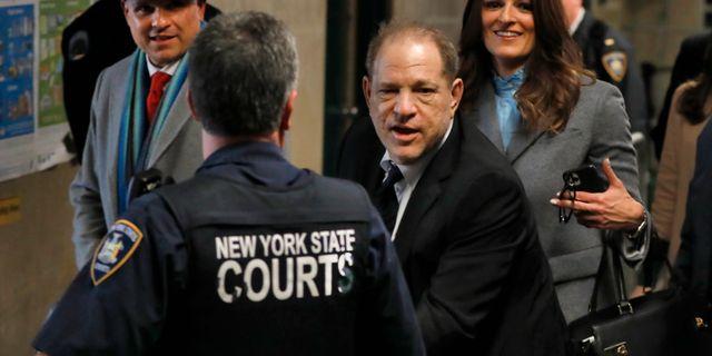 Harvey Weinstein, Donna Rotunno bakom honom. Richard Drew / TT NYHETSBYRÅN