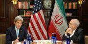USA:s förre utrikesminister John Kerry och Irans dito Javad Zarif. Frank Franklin II / TT NYHETSBYRÅN/ NTB Scanpix