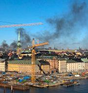 Röken från den brinnande bussen syntes över hela staden. Susanne Kivinen/TT / TT NYHETSBYRÅN
