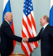 Arkivbild. Joe Biden, då vice-president, träffar Vladimir Putin i mars 2011.  Alexander Zemlianichenko / TT NYHETSBYRÅN