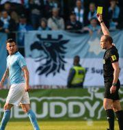 Behrang Safari får gult kort av Patrik Eriksson efter att ha klagat på domslutet som gav KFF 1–0. Patric Söderström/TT / TT NYHETSBYRÅN