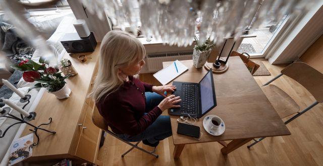 Kvinna jobbar hemma. Stina Stjernkvist/TT / TT NYHETSBYRÅN