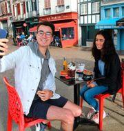 Två fransmän i Bayonne äter frukost utomhus. Bob Edme / TT NYHETSBYRÅN