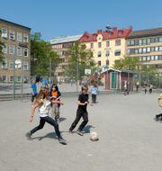 Elever spelar fotboll på en skolgård. JANERIK HENRIKSSON / TT / TT NYHETSBYRÅN