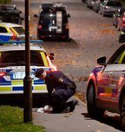 Polisen på plats efter en skjutning i Farsta. Jessica Gow/TT / TT NYHETSBYRÅN