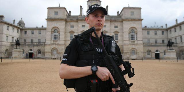 En beväpnad polis i centrala London på lördagen. CHRIS J RATCLIFFE / AFP