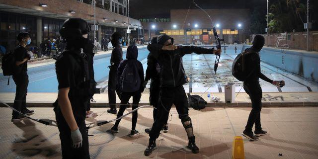 Maskerade studenter vid en av de barrikaderade universiteten. Kin Cheung / TT NYHETSBYRÅN