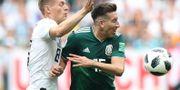 Mexikos Hector Herrera stoppar Tomi Kroos. CARL RECINE / BILDBYR N