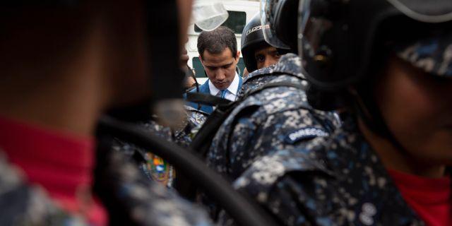 Juan Guaidó med vakter vid Venezuelas parlament. Andrea Hernandez Briceño / TT NYHETSBYRÅN