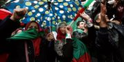 Kvinnor deltar i protesterna i Algeriets huvudstad Alger.  RAMZI BOUDINA / TT NYHETSBYRÅN