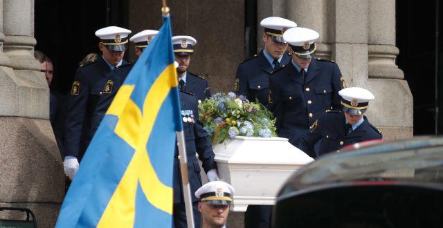Kistan bärs ut ur Vasakyrkan i Göteborg.  Adam Ihse/TT / TT NYHETSBYRÅN