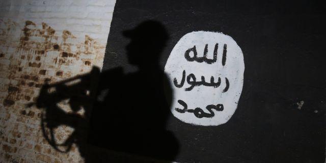 Arkivbild från mars, 2017. En väggmålning av IS logotyp söder om Mosul.  AHMAD AL-RUBAYE / AFP