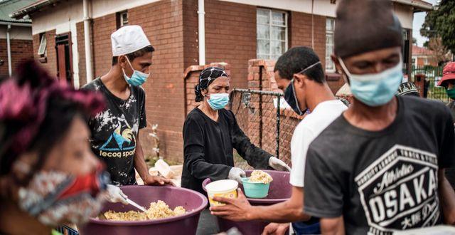 Matpaket delas ut i Johannesburg.  MARCO LONGARI / TT NYHETSBYRÅN
