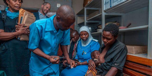 Ett spädbarn ges vaccinet i Malawi idag. AMOS GUMULIRA / AFP