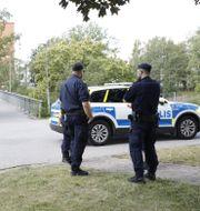 Poliser på plats vid gångbron i Visättra.  Christine Olsson/TT / TT NYHETSBYRÅN
