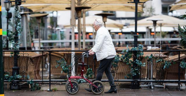 Äldre kvinna med rullator promenerar i Stockholm. Amir Nabizadeh/TT / TT NYHETSBYRÅN