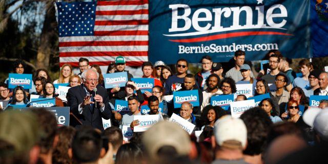 Bernie Sanders och hans supportrar. Patrick Semansky / TT NYHETSBYRÅN