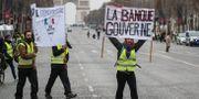 Gula västarna protesterar i Paris och på andra platser i Frankrike.  ZAKARIA ABDELKAFI / AFP