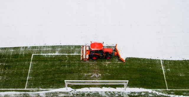 Fotbollsplanen fixas på Ullevaal inför matchen mellan Haugesund och Viking den 8 december i Oslo. VEGARD WIVESTAD GRØTT / BILDBYRÅN NORWAY