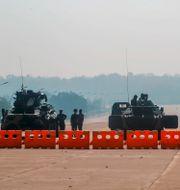 Soldater ur Myanmars armé vid en checkpoint utanför parlamentet i huvudstaden Naypyitaw TT NYHETSBYRÅN