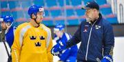 Mikael Backlund i samtal med förbundskaptenen Rikard Grönborg. Jonas Ekströmer/TT / TT NYHETSBYRÅN