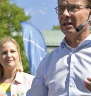 Moderaternas kandidat Arba Kokalari tillsammans med partiledaren Ulf Kristersson (M) på Stora torget i Nyköping. Jessica Gow/TT / TT NYHETSBYRÅN