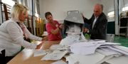 Rösträkning i Ungern. Zsolt Szigetvary / TT NYHETSBYRÅN