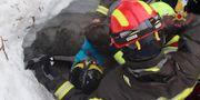 Räddningstjänst gräver fram ett av barnen - / AFP