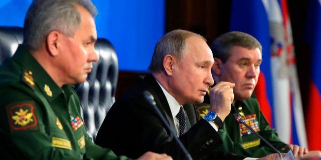 Vladimir Putin gestikulerar under mötet med ledande ryska militärer på julaftonen. Mikhail Klimentyev / TT NYHETSBYRÅN