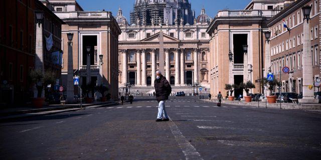 En man utanför Peterskyrkan i Rom. FILIPPO MONTEFORTE / TT NYHETSBYRÅN
