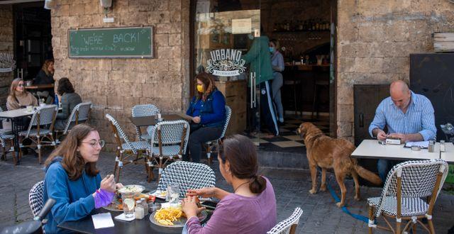 Cafébesökare på en uteservering i Tel Aviv.  Ariel Schalit / TT NYHETSBYRÅN