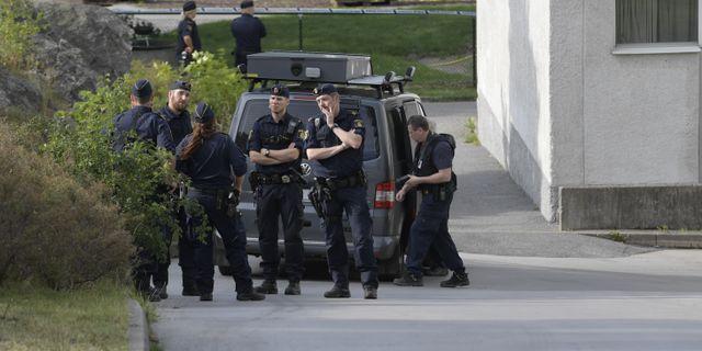 Flera polispatruller rycker ut till platsen där skottlossningen skedde. Janerik Henriksson/TT / TT NYHETSBYRÅN