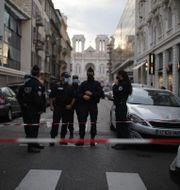 Polis vid kyrkan Notre Dame i Nice. Daniel Cole / TT NYHETSBYRÅN