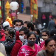 Indians wearing face masks as a precautionary measure against the coronavirus crowd a market during Diwali, the Hindu festival of lights, in Jammu, India, Saturday, Nov. 14, 2020. Channi Anand / TT NYHETSBYRÅN